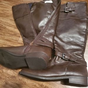 Brown boots 👢 barely used